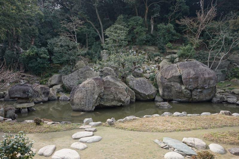 日本最大級の庭石 旧益習館庭園